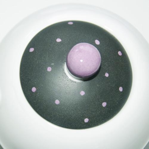 Détail du couvercle de la théière, couleurs noir mat et plumetis pourpre porcelaine peinte à la main