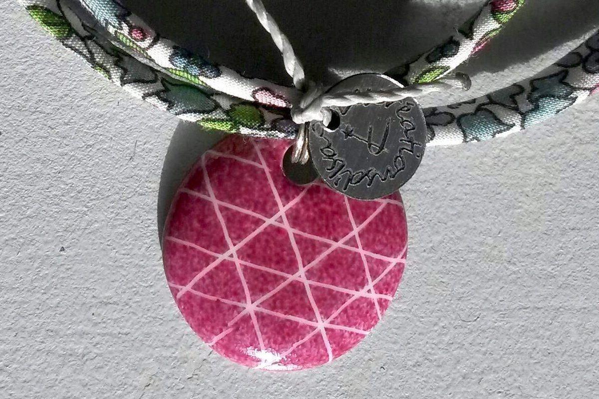bijou pendentif en porcelaine rose
