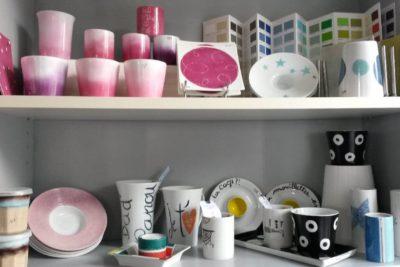 etagere pleine de vaisselle en porcelaine décorée