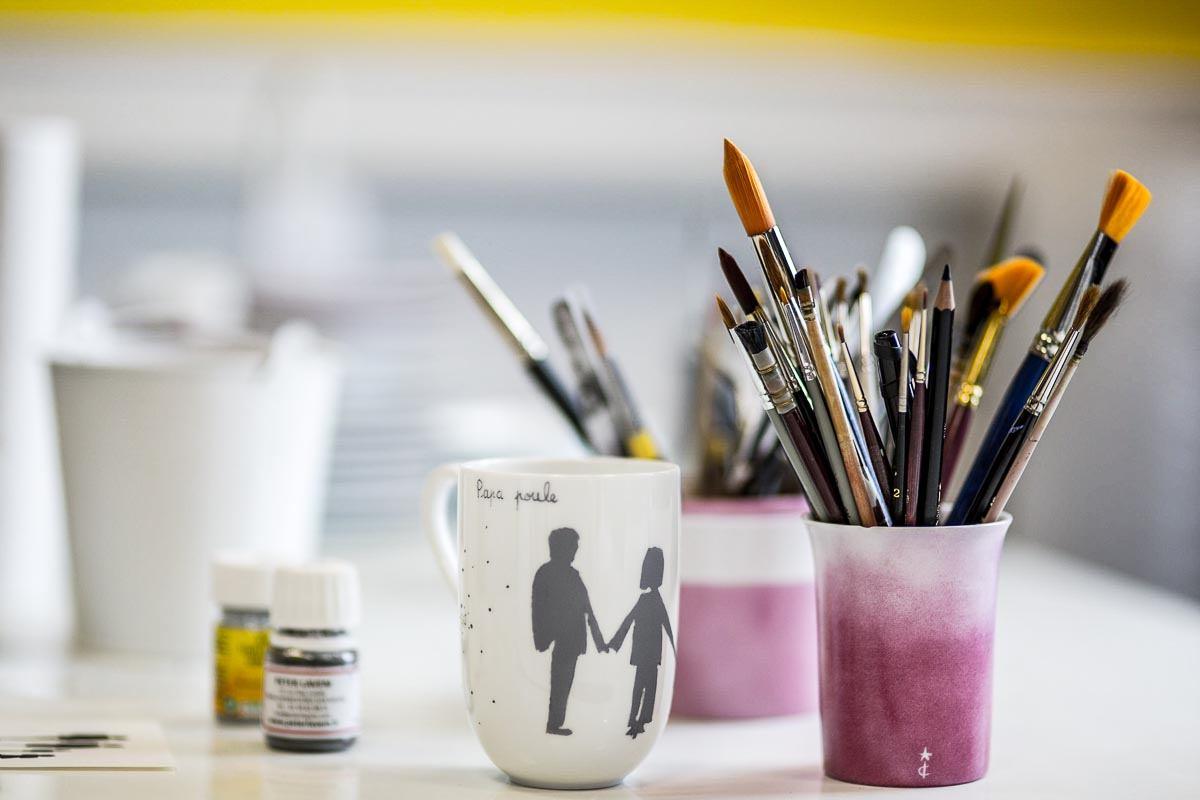 peinture-pinceaux-tasses-mugs-porcelaine