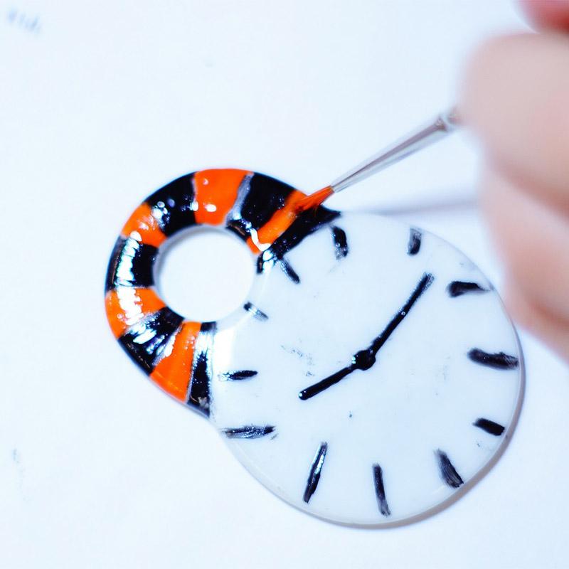 atelier-bijou-detail-noir-orange-enfants-pinceau