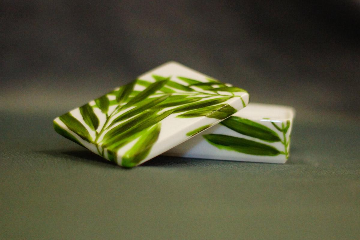 boite à bijou ou à secret, peint à la main, porcelaine, feuilles vertes