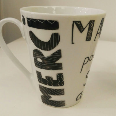mug conique en porcelaine, dessin en noir, message Merci