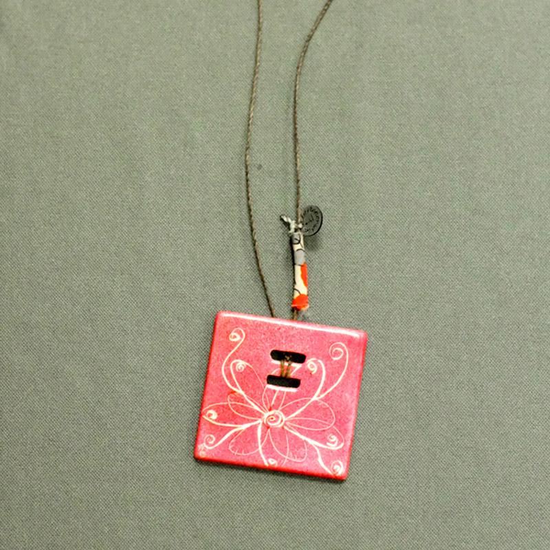 pendentif-carre-rose-fleur-papillon
