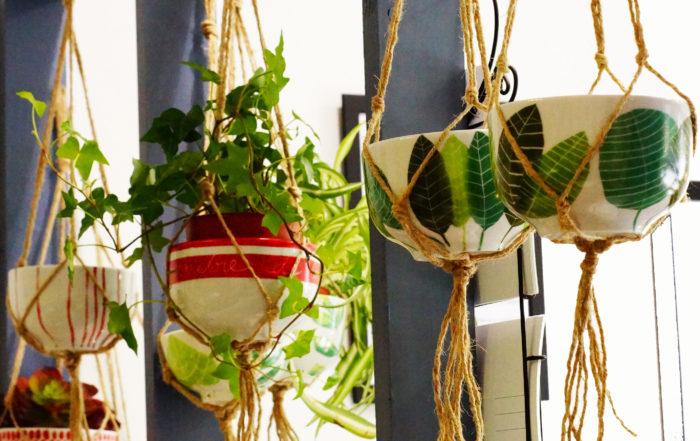 atelier créatif pour peindre en porcelaine une suuspension pour plantes vertes et attache macramé