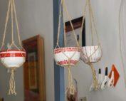 suspension en porcelaine peinte à la main et macramé
