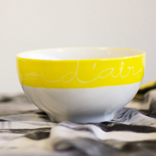 bol à déjeuner en porcelaine de la collection graphik, couleur jaune, inscription blanche