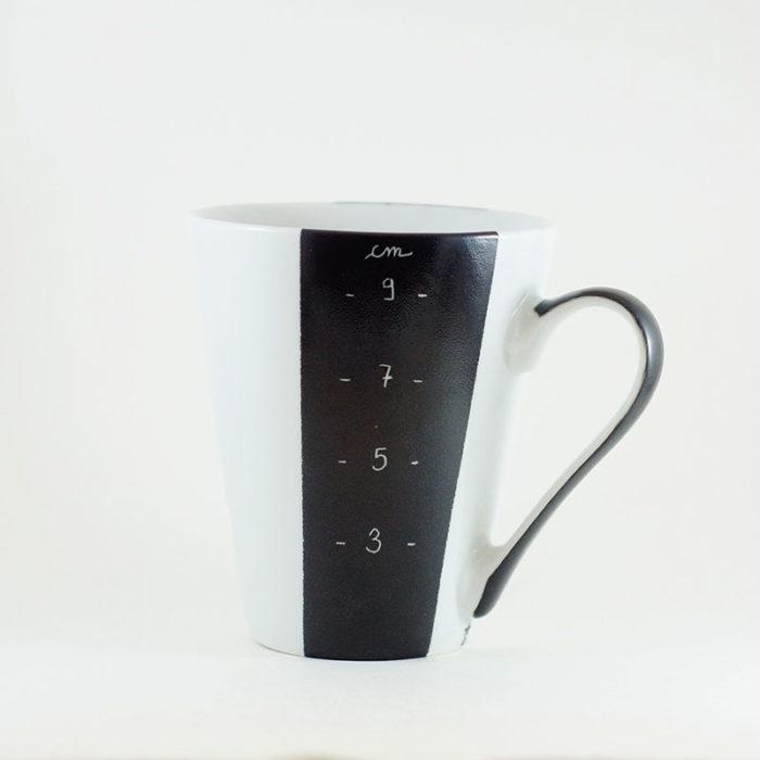 mug en porcelaine, graduation en centimètre, peint à la main