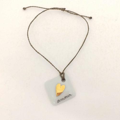 bracelet en porcelaine de forme carré motif coeur en or, texte amour peint à la main