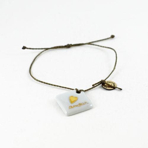 bracelet forme carre avec un coeur en or, en porcelaine. Bijou reglable